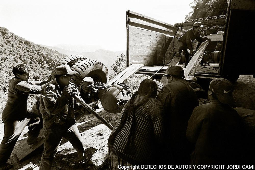 UNOS MECANICOS RECUPERAN LAS PIEZAS TODAVIA EN BUEN ESTADO, DE UN CAMI&rdquo;N  DESPE&mdash;ADO POR UNO DE LOS ACANTILADOS DE LA CARRETRA DE LOS YUNGAS. <br /> FOTO : JORDI CAMI
