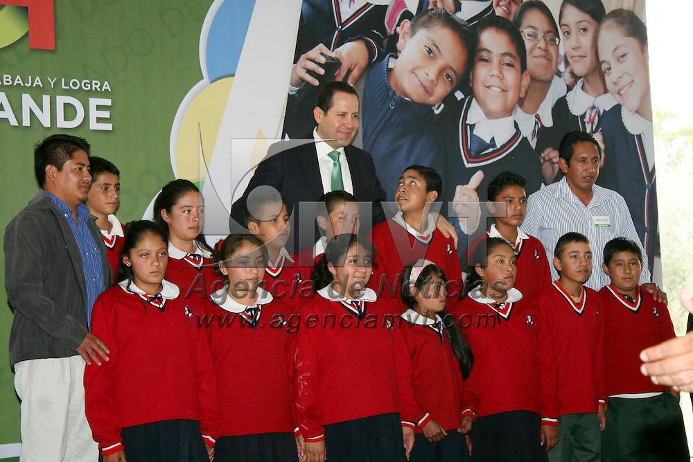 Aculco, México.- Eruviel Ávila Villegas, gobernador del Estado de México encabezo la ceremonia de salida de estudiantes de primaria de la zona norte del estado. Agencia MVT / José Hernández