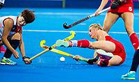 Londen - Alexandra Danson (Eng) met links Yurim Lee (Kor)   tijdens de cross over wedstrijd Engeland-Korea (2-0) bij het WK Hockey 2018 in Londen.    COPYRIGHT KOEN SUYK