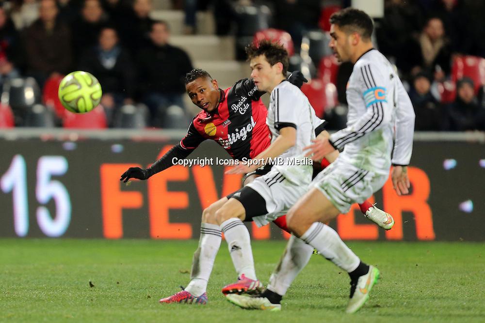 Christophe MANDANNE / Vincent LE GOFF et Wesley LAUTOA  - 24.01.2015 - Guingamp / Lorient - 22eme journee de Ligue1<br />Photo : Vincent Michel / Icon Sport