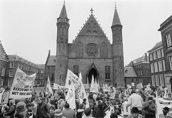 Nederland, Den Haag, 15-4-1988Demonstratie op het Binnenhof, georganiseerd door de SP,  tegen plannen om het ziekenfonds te hervormen.Foto: Flip Franssen/Hollandse Hoogte