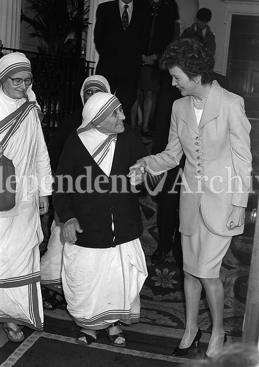 Mother Teresa at Arus with President Mary Robinson. 1/6/1993. (Part of the Independent Ireland Newspapers/NLI Collection)