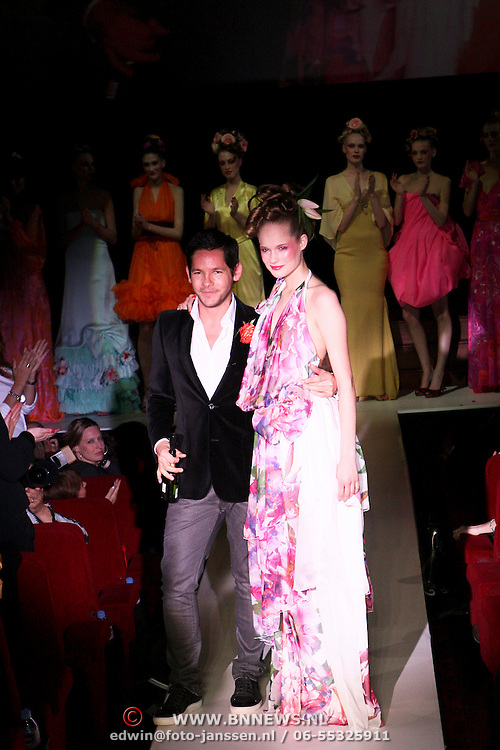 NLD/Amsterdam/20080407 - Modeshow Percy Irausquin 2008, mannequin en ontwerper Percy Irausquin op de catwalk