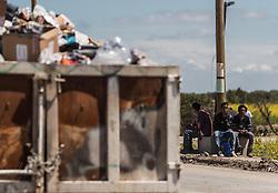 24.06.2016, Dschungelcamp, Calais, FRA, der Dschungel von Calais, im Bild Migranten vor einem Müllcontainer. Das Camp ist eine provisorische Zeltstadt nahe der französischen Stadt Calais. Mehrere tausend Menschen kampieren dort in Zeltunterkünften und warten auf eine Möglichkeit zur illegalen Weiterreise durch den Eurotunnel nach Großbritannien. Migrants in front of a dumpster. The Calais Jungle is the nickname given to a migrant encampment, where migrants live while they attempt illegally to enter the United Kingdom at the Jungle Camp of Calais, France on 2016, 06, 24. EXPA Pictures © 2016, PhotoCredit: EXPA, JFK