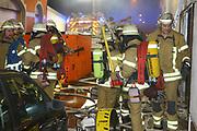 Mannheim. 31.12.17  <br /> Silvesterabend. Silvester. Brand in der Neckarstadt.<br /> Das Mehrfamilienhaus, in dem sich 15 Wohnungen befinden, wurde vollständig evakuiert. Die Bewohner konnten sich anfänglich im Nebenraum einer Kneipe aufhalten. Die Stadt Mannheim brachte später fünf Personen unter, die restlichen Betroffenen fanden bei Verwandten und Freunden eine Bleibe.<br /> Das Haus ist ersten Angaben der Feuerwehr zufolge nicht mehr bewohnbar. Auch den Ermittlern war es am Montagmorgen nicht möglich die Wohnung zu betreten. Der Sachschaden beläuft sich  auf etwa 150.000 Euro. <br /> <br /> <br /> Bild-ID 281   Markus Proßwitz 01JAN18 / masterpress
