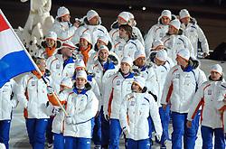 10-02-2006 ALGEMEEN: OLYMPISCHE SPELEN: TORINO<br /> Openingsceremonie OS 2006 / Jan Bos brengt de Nederlandse vlag het stadion binnen foto oa. Maas, Sauerbreij, vd Star, Gerritsen, de Loor en Wennemars<br /> ©2006-WWW.FOTOHOOGENDOORN.NL