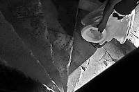 Castel del Monte - Puglia - Interno. Castel del Monte è un edificio del XIII secolo costruito dall'imperatore Federico II in Puglia, nell'attuale frazione omonima facente parte del vicino comune di Andria. Inserito nel 1996 tra i monumenti patrimonio dell'Unesco, Castel del Monte conserva da secoli il mistero della sua funzione. La forma a pianta ottagonale ha ispirato le più diverse ipotesi sul motivo della sua costruzione: scartata la funzione di torretta di difesa (per la mancanza di strutture militari e delle scale a chiocciola costruite in senso antiorario, a svantaggio dei soldati costretti a impugnare le armi con la mano sinistra), scartata la funzione residenza di caccia a causa della mancanza di stalle, si accredita la funzione di tempio, anche per via dei simboli che caratterizzano l'intera costruzione.