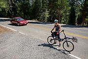 Jennifer Breet komt terug van een training. De atleten en de trainers zijn bij Lake Almanor om te acclimatiseren. Het Human Power Team Delft en Amsterdam, dat bestaat uit studenten van de TU Delft en de VU Amsterdam, is in Amerika om tijdens de World Human Powered Speed Challenge in Nevada een poging te doen het wereldrecord snelfietsen voor vrouwen te verbreken met de VeloX 8, een gestroomlijnde ligfiets. Het record is met 121,81 km/h sinds 2010 in handen van de Francaise Barbara Buatois. De Canadees Todd Reichert is de snelste man met 144,17 km/h sinds 2016.<br /> <br /> With the VeloX 8, a special recumbent bike, the Human Power Team Delft and Amsterdam, consisting of students of the TU Delft and the VU Amsterdam, wants to set a new woman's world record cycling in September at the World Human Powered Speed Challenge in Nevada. The current speed record is 121,81 km/h, set in 2010 by Barbara Buatois. The fastest man is Todd Reichert with 144,17 km/h.