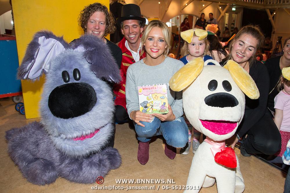 NLD/Amsterdam/20150908- Chantal Janzen leest voor uit speciale uitgave van Woezel & Pip, Chantal Janzen met Woezel & Pip en de speciale uitgave van het verhaal Circus Woepi, uit de voorleesbundel 'Samen Spelen!' van Woezel & Pip.