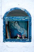 edicola con foto della Madonna; interno corte, Alessano 21 03 2010