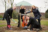 Düsys spenden neue Bäume für den Hofgarten
