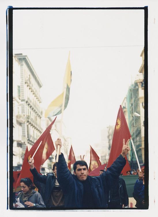 """Napoli, No Global Forum, marzo 2001. 17 marzo, """"Global Action Day"""", corteo contro il forum OCSE sul digital divide. Kurdi."""