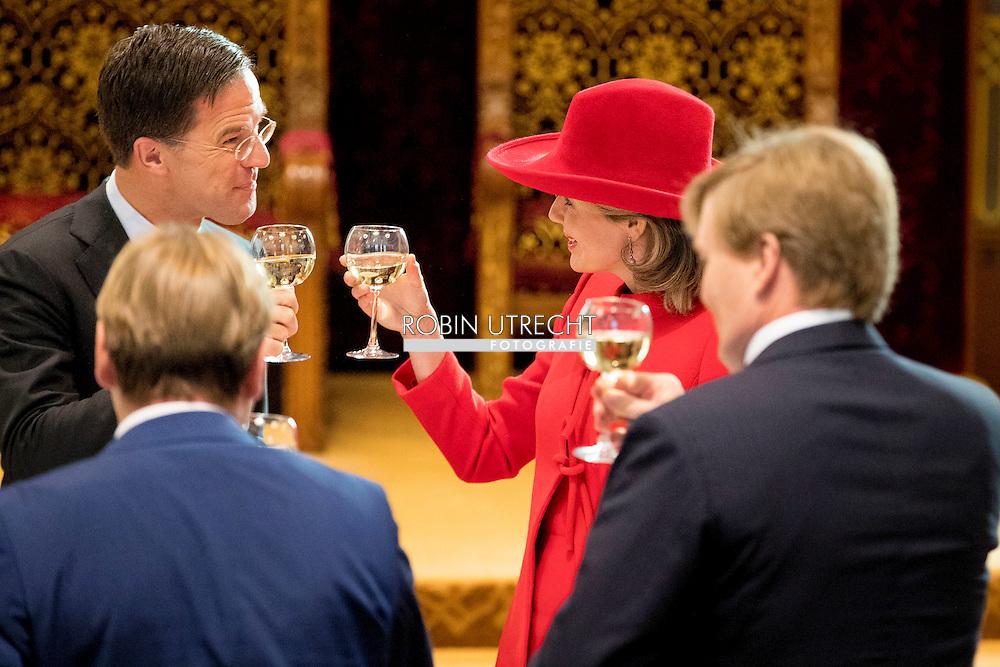 29-11-2016 DEN HAAG  - Het Koninklijk gezelschap voegt zich bij Koning Filip en minister-president Rutte in de Statenzaal voor de staatslunch Koningin Maxima en Koningin Mathilde  en Koning Willem-Alexander tijdens dag 2 van het Staatsbezoek aan Nederland van Koning Filip der Belgen vergezeld door Koningin Mathilde. Koning Willem Alexander en koningin Maxima. COPYRIGHT ROBIN UTRECHT<br /> <br /> 9-11-2016 THE HAGUE - The Royal Family joins King Philip and Prime Minister Mark Rutte in the Council Chamber at the state luncheon Queen Maxima and Queen Mathilde and King Willem-Alexander during day two of the state visit to the Netherlands by King Filip of the Belgians accompanied by Queen Mathilde. King Willem Alexander and Queen Maxima. COPYRIGHT ROBIN UTRECHT