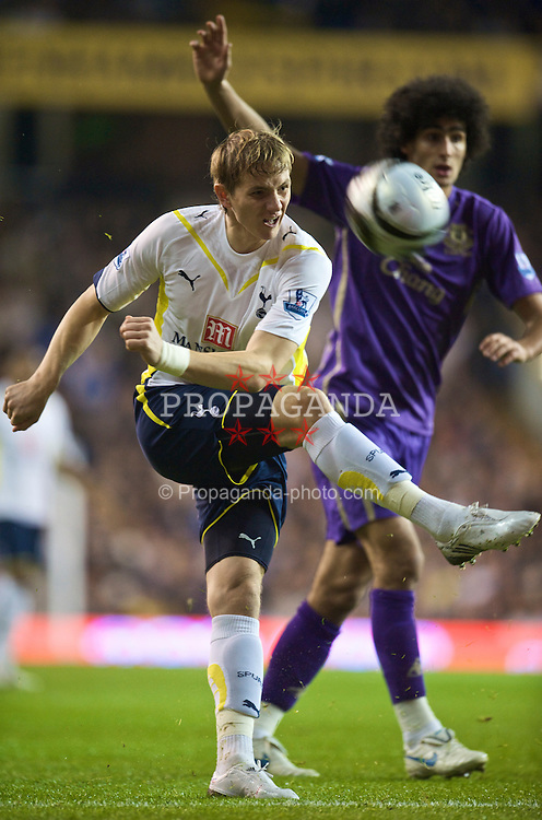 LONDON, ENGLAND - Tuesday, October 27, 2009: Everton's Marouane Fellaini and Tottenham Hotspur's Roman Pavlyuchenko during the League Cup 4th Round match at White Hart Lane. (Photo by David Rawcliffe/Propaganda)