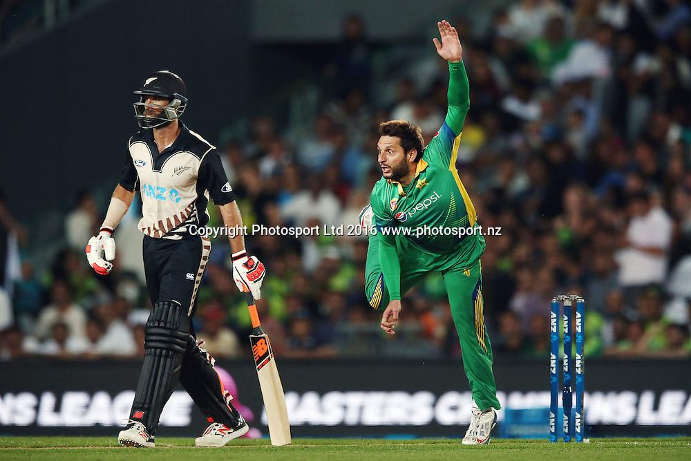 Shahid Afridi of Pakistan bowls as Grant Elliott of New Zealand looks on. ANZ International Series, Twenty-20 Match between New Zealand Back Caps and Pakistan at Eden Park in Auckland, New Zealand. 15 January 2016. Photo: Anthony Au-Yeung / www.photosport.nz
