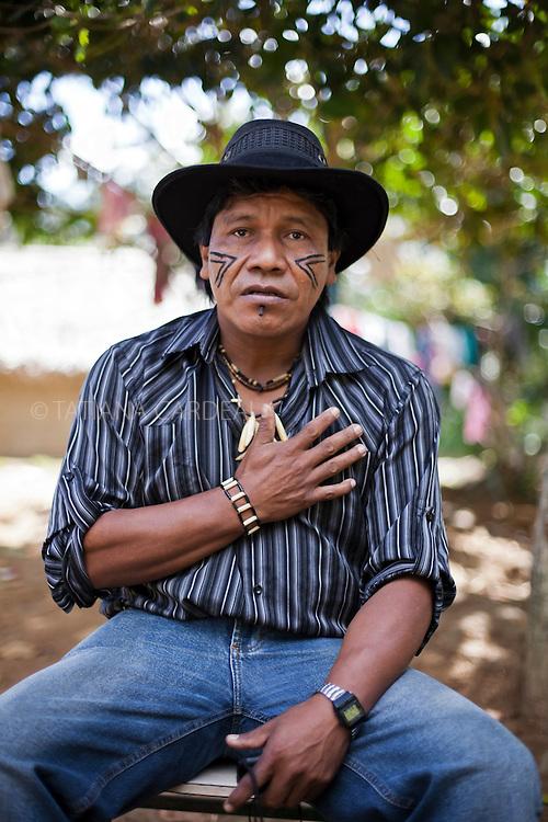 Ant&ocirc;nio Carvalho, 47 anos, cacique  Guarani da aldeia Boa Esperan&ccedil;a. <br /> &quot;O eucalipto traz tristeza e devasta&ccedil;&atilde;o, seca os rios, polui as nossas planta&ccedil;&otilde;es. A empresa diz que vai doar mudas de &aacute;rvores para recuperar as terras que ela devastou. N&oacute;s n&atilde;o queremos consertar o estrago que a empresa fez nesses 30 anos. N&oacute;s queremos que a empresa assuma a responsabilidade pela devasta&ccedil;&atilde;o, pela morte dos rios, dos p&aacute;ssaros, pela morte da natureza.&quot;