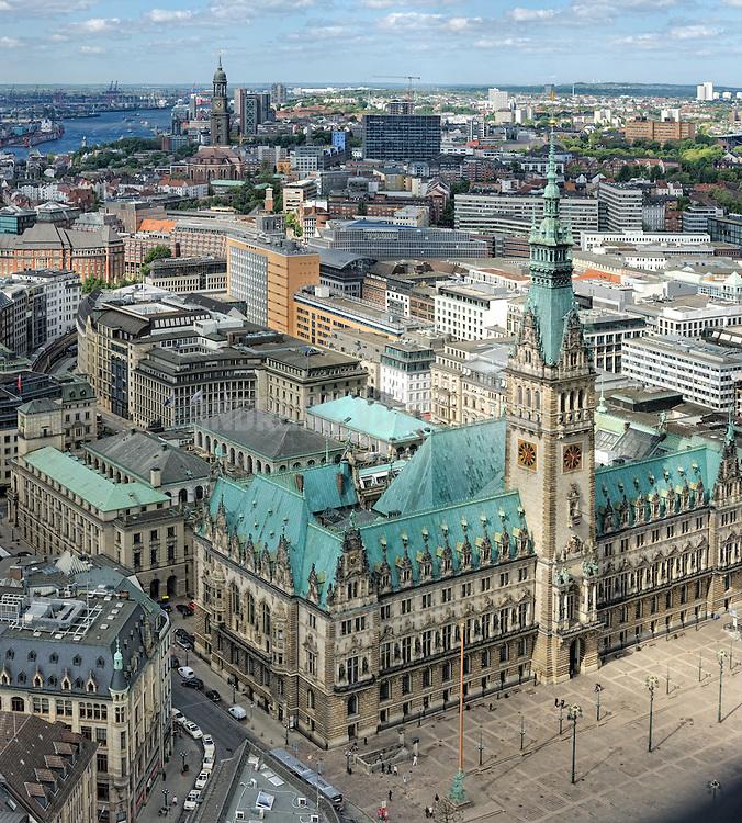 Blick über das Rathaus zum Michel Richtung Hafen Hamburg