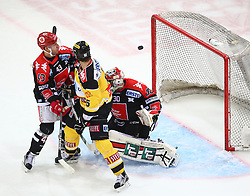 31.10.2015, Albert Schultz Eishalle, Wien, AUT, EBEL, UPC Vienna Capitals vs HC TWK Innsbruck Die Haie, 17. Runde, im Bild Derek Hahn (HC TWK Innsbruck), Danny Bois (UPC Vienna Capitals) und Andy Chiodo (HC TWK Innsbruck) // during the Erste Bank Icehockey League 17th Round match between UPC Vienna Capitals and HC TWK Innsbruck  Die Haie at the Albert Schultz Ice Arena, Vienna, Austria on 2015/10/31. EXPA Pictures © 2015, PhotoCredit: EXPA/ Thomas Haumer