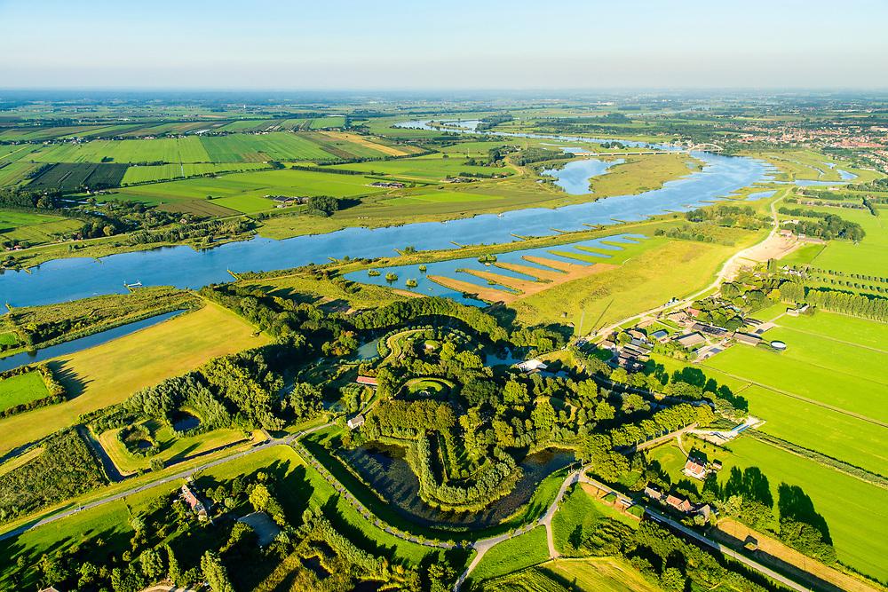 Nederland, Gelderland, Gemeente Culemborg, 23-08-2016; Fort Everdingen aan de Lek, onderdeel van de Nieuwe Hollandse Waterlinie, begin van de Diefdijk (boven). Onder in beeld de stuw / sluis die voor het innunderen gebruikt werd. De Explosieven Opruimings Dienst (EOD) maakt nog gebruik van het complex.<br /> Fort Everdingen near river Lek, part of the New Dutch Waterline. <br /> aerial photo (additional fee required); <br /> luchtfoto (toeslag op standard tarieven);<br /> copyright foto/photo Siebe Swart