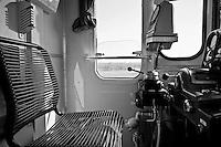 particolare della cabina di guida di un treno delle FSE. Reportage che analizza le situazioni che si incontrano durante un viaggio lungo le linee ferroviarie delle Ferrovie Sud Est nel Salento