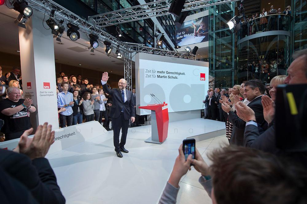 29 JAN 2016, BERLIN/GERMANY:<br /> Martin Schulz, SPD, Kanzlerkandidat, nach seiner Vorstellungsrede, Vorstellung von Schulz als Kanzlerkandidat der SPD zur Bundestagswahl, nach der Nominierung durch den SPD-Parteivorstand, Willy-Brandt-Haus<br /> IMAGE: 20170129-01-059<br /> KEYWORDS: Applaus, applaudieren, klatschen