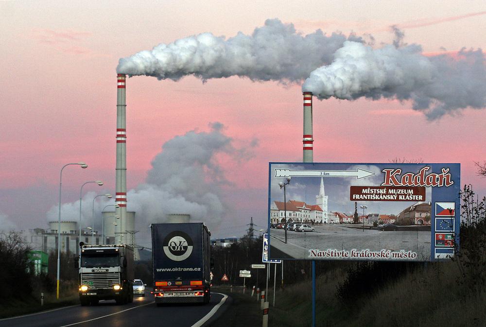 Prunerov/Tschechische Republik, Tschechien, CZE, 14.12.06: Panoramablick auf die Kohlekraftwerke Prunerov. Prunerov ist der gr&ouml;&szlig;te Komplex f&uuml;r die Gewinnung fossiler Brennstoffe in der Tschechischen Republik. Die Kraftwerke befinden sich in der N&auml;he der Stadt Chomutov (Komotau). <br /> <br /> Prunerov/Czech Republic, CZE, 14.12.06: The Prunerov Power Stations are the largest fossil power station complex in the Czech Republic. They are situated on the western edge of the North-Bohemian brown coal basin near the town of Chomutov.