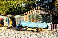 Barco sobre a aia em frente a rancho de pescadores na Praia da Daniela. Florianópolis, Santa Catarina, Brasil. / Boat on the sand in front of a boat house in Daniela Beach. Florianopolis, Santa Catarina, Brazil.