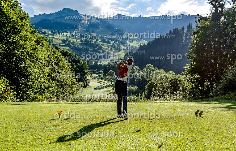 THEMENBILD - Eine Golfspielerin am Golfclub Eichenheim mit dem Wandergebiet Bichlalm im Hintergrund, aufgenommen am 04. Juli 2017, Kitzbühel, Österreich // A golf player at the Eichenheim Golfclub with the hiking area Bichlalm in the background at Kitzbühel, Austria on 2017/07/04. EXPA Pictures © 2017, PhotoCredit: EXPA/ Stefan Adelsberger