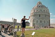 """Italië, Pisa augustus 2000Toeristen maken foto's waarbij ze de toren achter hun """"tegenhouden"""".Foto: Flip Franssen"""
