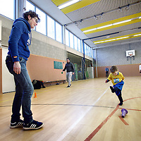 Nederland, Amsterdam , 30 maart 2013.<br /> voetballes voor 2- en 3-jarige kinderen op de 2e Daltonschool in Amsterdam Zuid.<br /> Football lesson for 2 - and 3-year-old children in a gymnasium in Amsterdam