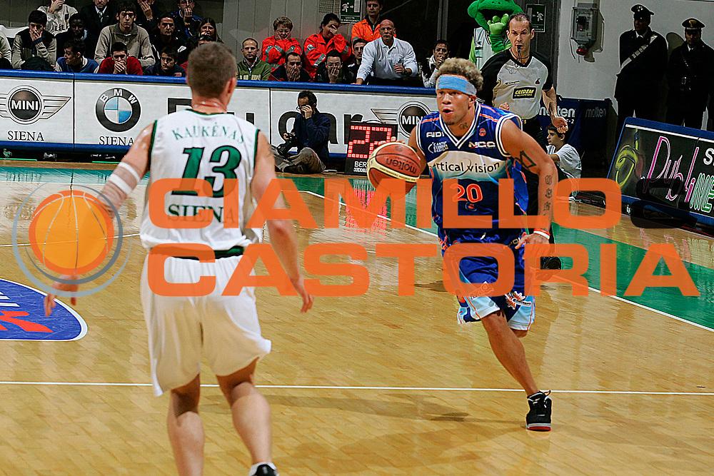 DESCRIZIONE : Siena Lega A1 2005-06 Montepaschi Siena Vertical Vision Cantu <br /> GIOCATORE : Nikagbatse <br /> SQUADRA : Vertical Vision Cantu <br /> EVENTO : Campionato Lega A1 2005-2006 <br /> GARA : Montepaschi Siena Vertical Vision Cantu <br /> DATA : 19/11/2005 <br /> CATEGORIA : Palleggio <br /> SPORT : Pallacanestro <br /> AUTORE : Agenzia Ciamillo-Castoria/G.Ciamillo