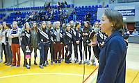 ROTTERDAM -  Oud international Carole Thate doet de prijsuitreiking na de  finale zaalhockey om het Nederlands kampioenschap tussen de  vrouwen  van Amsterdam en MOP.  Amsterdam wint de finale en dus het Kampioenschap.ANP KOEN SUYK