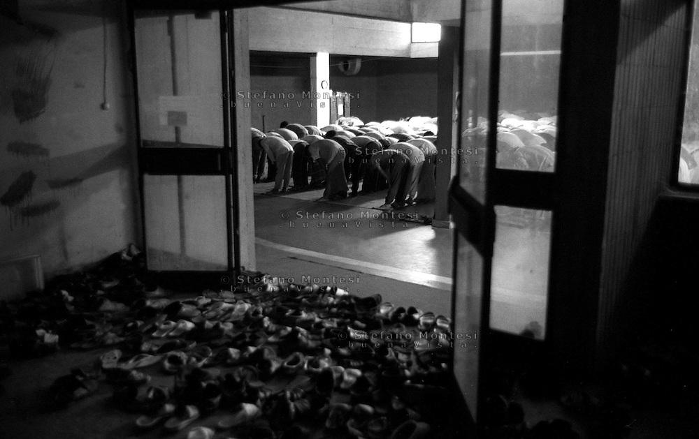 Roma  Luglio 1990.Ex Pastificio Pantanella occupato da centinaia di immigrati asiatici provenienti dal Pakistan e Bangladesh..La preghiera del venerdi nella moschea della Pantanella..Rome July 1990.Ex Pastificio Pantanella occupied by hundreds of Asian immigrants from Pakistan and Bangladesh..Friday prayers in the mosque of Pantanella.