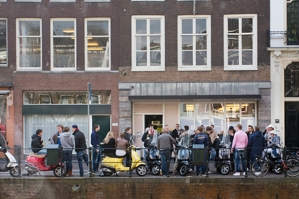 Studenten van Luzac College in Utrecht wachten op scooters.<br />