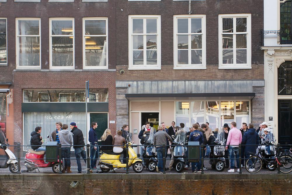 Studenten van Luzac College in Utrecht wachten op scooters.<br /> <br /> Students of the Luzac College in Utrecht are waiting on their scooters.