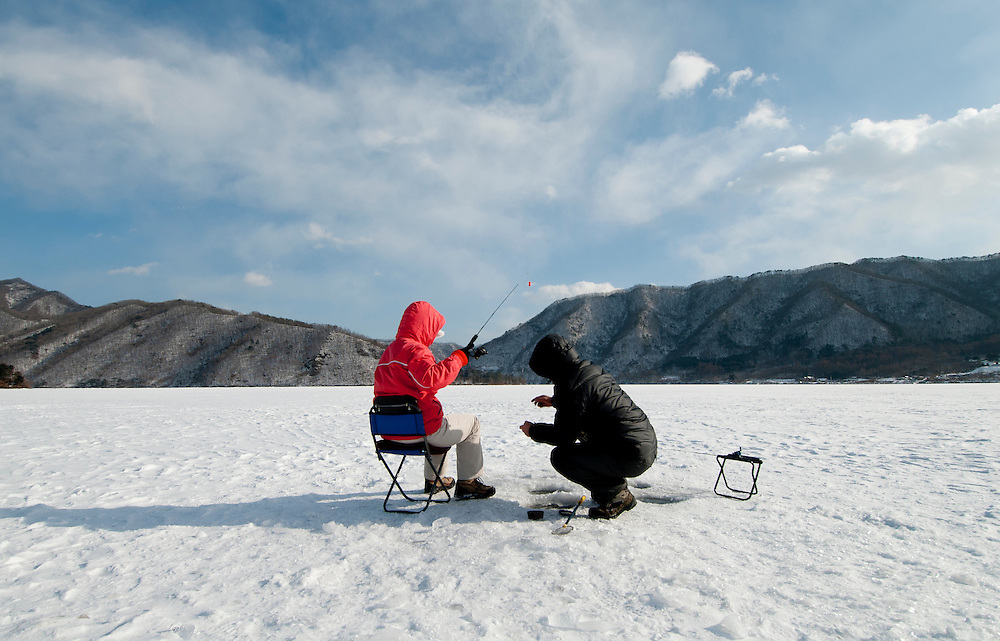 A large ice fishing festival in Gangwon-do province was canceled due to Foot and Mouth Disease, but people still came to fish under more than a foot of ice.