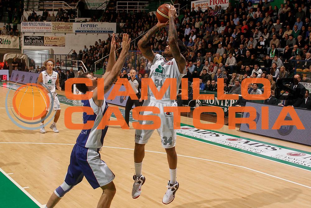 DESCRIZIONE : Siena Lega A 2011-12 Montepaschi Siena Bennet Cantu<br /> GIOCATORE : David Moss<br /> CATEGORIA : tiro<br /> SQUADRA : Montepaschi Siena<br /> EVENTO : Campionato Lega A 2011-2012<br /> GARA : Montepaschi Siena Bennet Cantu<br /> DATA : 04/12/2011<br /> SPORT : Pallacanestro<br /> AUTORE : Agenzia Ciamillo-Castoria/P.Lazzeroni<br /> Galleria : Lega Basket A 2011-2012<br /> Fotonotizia : Siena Lega A 2011-12 Montepaschi Siena Bennet Cantu<br /> Predefinita :