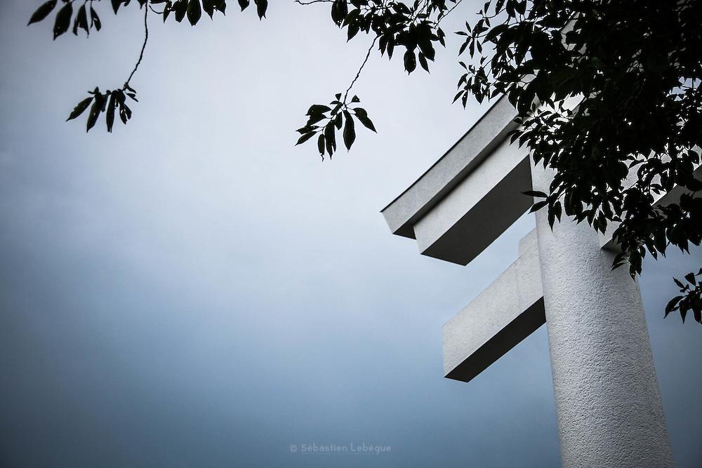 NAGATORO, JAPAN  - Torii blanc d'un sanctuaire shintoiste à Nagatoro