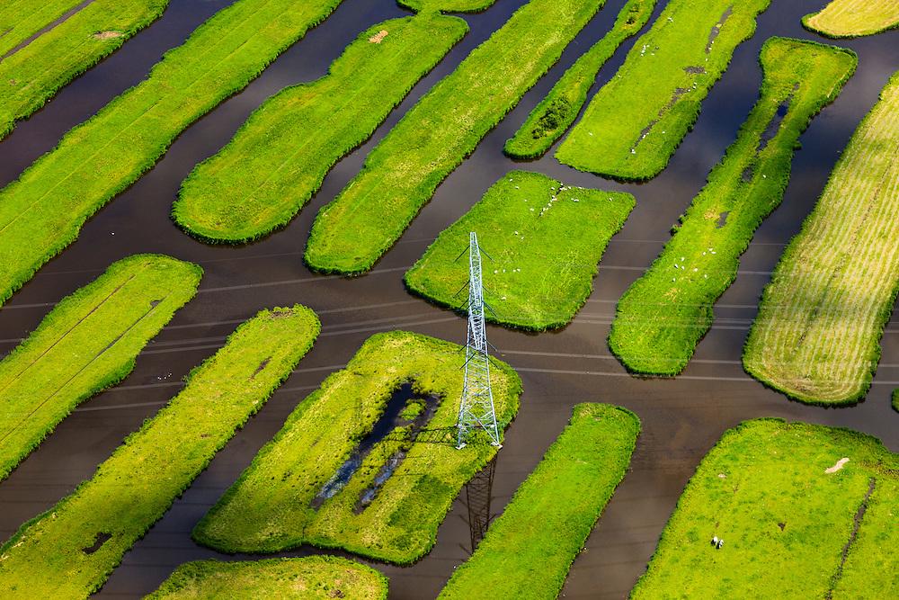 Nederland, Noord-Holland, Gemeente Oostzaan, 14-06-2012; Polder Oostzaan, detail van de 'eilanden', met hoogspanningsmast..De verkaveling in het gebied is het resultaat van veenontginning. .Polder Oostzaan, north of Amsterdam. The division in plots in the area is the result of peat extraction. Detail, island with power pylon..luchtfoto (toeslag), aerial photo (additional fee required);.copyright foto/photo Siebe Swart