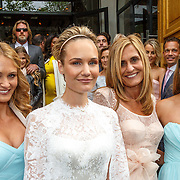 NLD/Amsterdam/20150620 - Huwelijk Kimberly Klaver en Bas Schothorst, Melody Klaver met zus Stephanie en moeder Patricia en bruid Kimberly