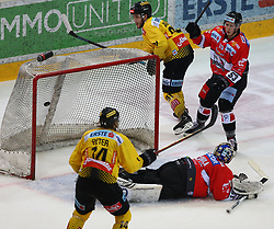 22.03.2019, Albert Schultz Halle, Wien, AUT, EBEL, Vienna Capitals vs HC Orli Znojmo, Viertelfinale, 5. Spiel, im Bild v.l. Tor fuer die Capitals zum 4:0 durch Patrick Peter (spusu Vienna Capitals), Teemu Tapio Lassila (HC Orli Znojmo), Taylor Vause (spusu Vienna Capitals) und Radim Matus (HC Orli Znojmo) // during the Erste Bank Icehockey 5th quarterfinal match between Vienna Capitals and HC Orli Znojmo at the Albert Schultz Halle in Wien, Austria on 2019/03/22. EXPA Pictures © 2019, PhotoCredit: EXPA/ Thomas Haumer