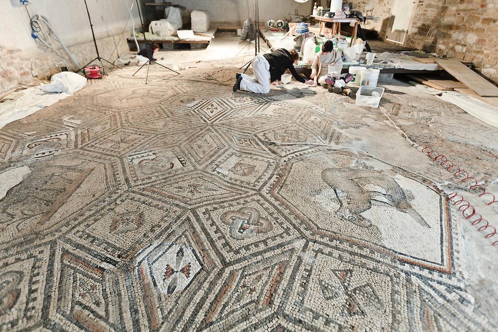 11/12 APR 2011 - Aquileia (Udine) - Restauro del mosaico dellaq Sud Halle della Basilica