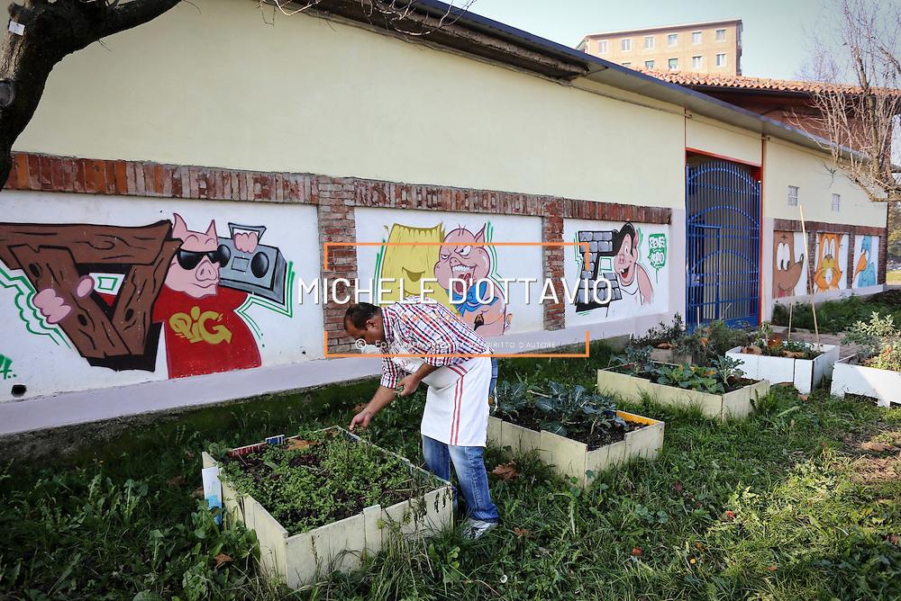 Vasche per coltivare erbe aromatiche Parrocchia San Giovanni Cafasso, in borgo Vittoria. Periferia Torino nord