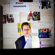 Nederland Rotterdam 10 november 2008 20081110 Foto: David Rozing ..Dag van de mantelzorg in Ahoy. Kleurconsulente geeft kleuradvies aan mevrouw. ..Op 10 november, de landelijke Dag van de Mantelzorg, vindt de Rotterdamse editie van dit landelijke evenement plaats in Ahoy. Deze feestelijke Dag vormt de tweede en afsluitende stap in de Mantelzorgcampagne...Mantelzorgers kunnen op die dag in Ahoy kennis maken met de Steunpunten Mantelzorg en andere mensen ontmoeten die begrijpen wat het is om te zorgen voor een ander...Foto: David Rozing
