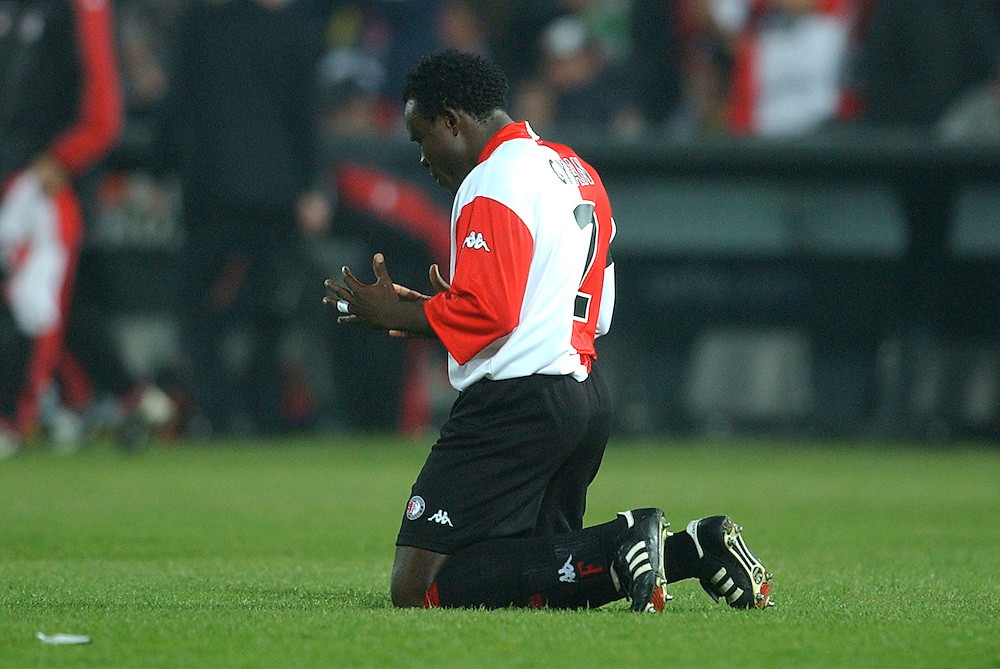 Photo: Gerrit de Heus. Rotterdam. UEFA Cup Final. Feyenoord-Borussia Dortmund. Chris Gyan praying. Keywords: geloof, bidden, religie, knielen