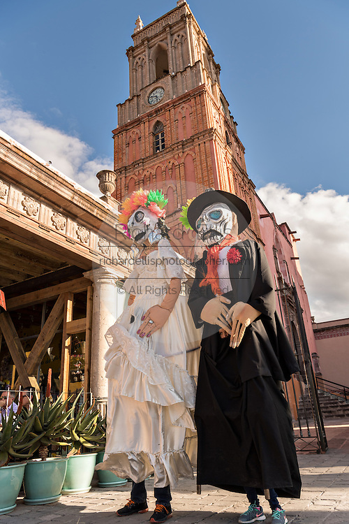 Giant puppets called mojigangas dressed as the bride and groom of death during the Day of the Dead festival October 28, 2016 in San Miguel de Allende, Guanajuato, Mexico. The week-long celebration is a time when Mexicans welcome the dead back to earth for a visit and celebrate life.