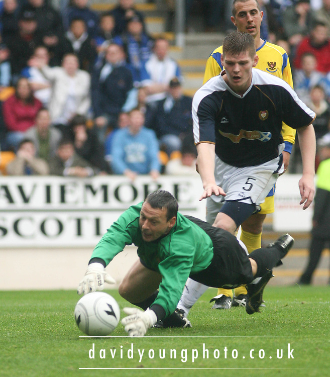 Dundee's Gary MacKenzie chases a loose ball with St Johnstone keeper Alan Main - St Johnstone v Dundee, McDiarmid Park, Perth, 18/08/2007