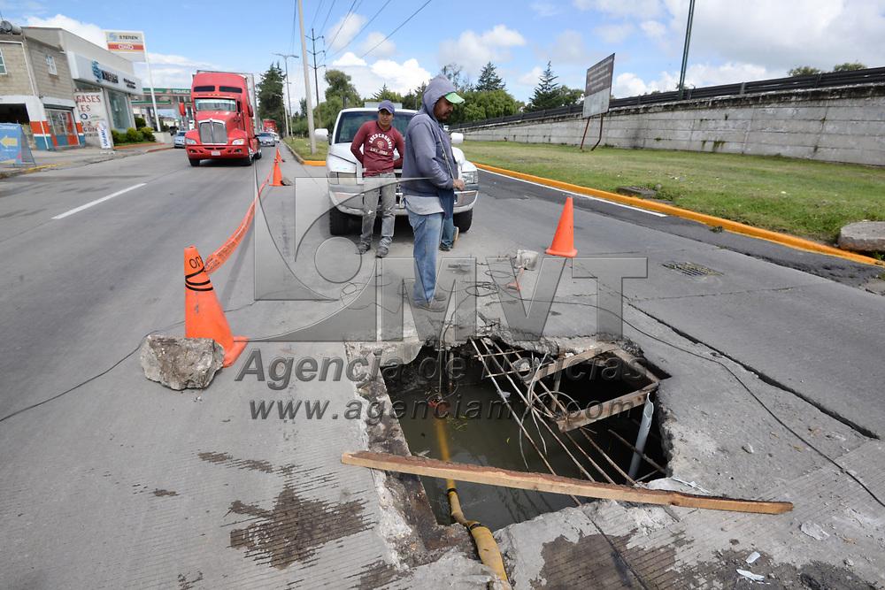 SAN MATEO ATENCO, México.- (Junio 29, 2017).- Sobre Paseo Tollocan en los carriles de baja velocidad, llegando a la entrada de San Mateo Atenco se registro un hundimiento, algunos trabajadores se encontraban ya reparando la calle. Agencia MVT / Crisanta Espinosa.