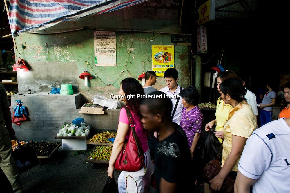 GUANGZHOU, 3. Mai , 2010:.ein Afrikaner geht auf einer Marktstrasse in der Naehe des Tianxiu Kaufhauses in Guangzhou...