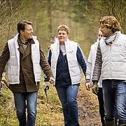NLD/Den Dolder/20160312 - Nederlandse Koninklijke Familie doet mee aan NLDoet 2016, prins Constantijn en Prins Floris in de bossen aan het ruimen